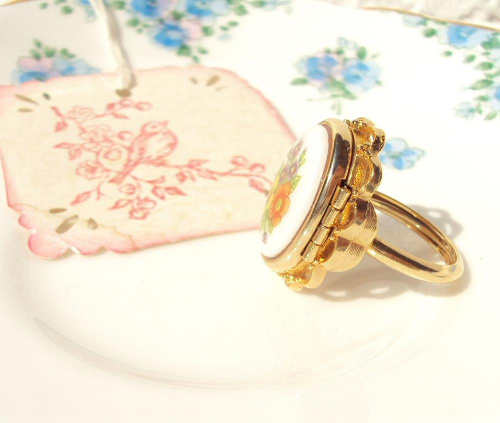 Buttercup - Vintage Locket Ring Gold